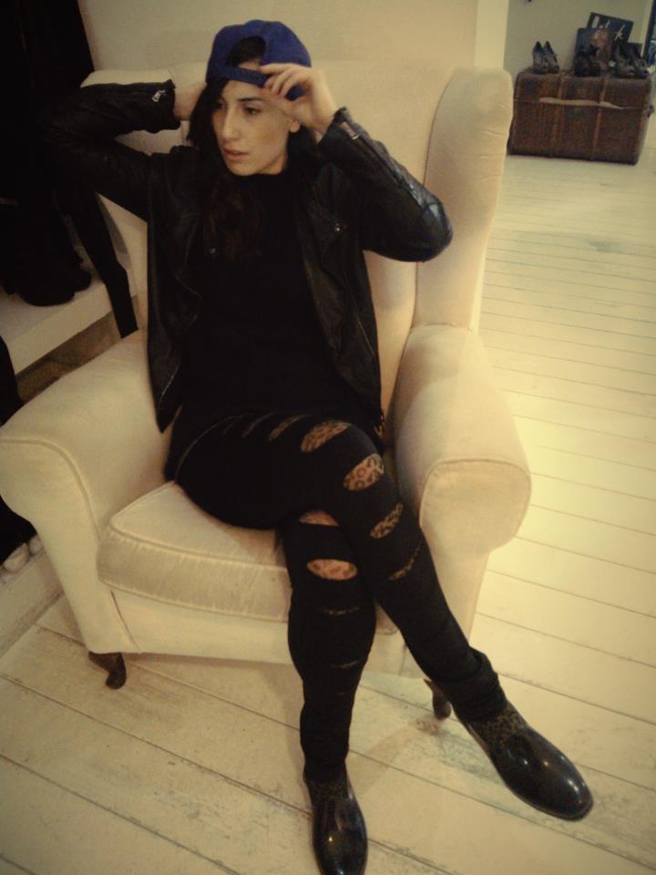 La nostra stylist Giulia indossa i leggings strappati con le calze leopardate, una vera lezione di stile! <3 BATIK CIRCEO