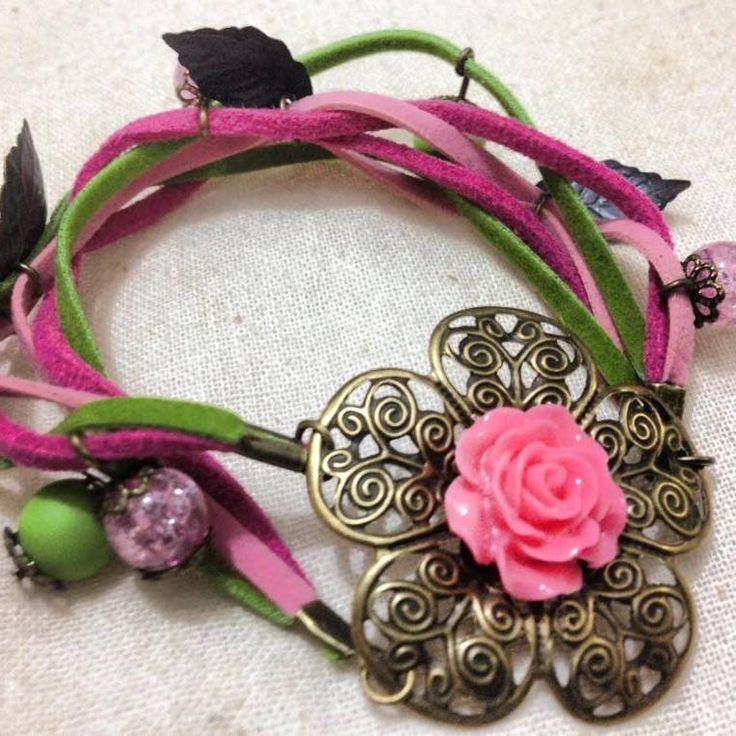 Pulsera Flor de resina  con aplicación en gamuza y fantasía