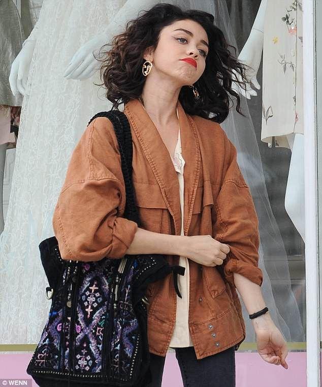 Sarah Hyland Eats Peanut Butter From The Jar Filming The Wedding Year Sarah Hyland Hair Curly Girl Fashion