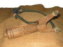 Tirachinas artesanal en madera tallado con diversos motivos celtas: trisquel, flor de agua, triskel,... Uno de los productos más vendidos de nuestra tienda online