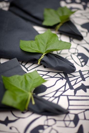 Murgröna går att hitta vilt året runt i princip. Här som servettring. [Use a green leaf as a napkin ring] Photo: Per Ranung, Styling: Lisen Sundgren, www.lifebylisen.se. #wedding #bröllop #ecobride