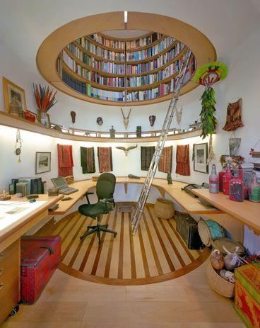 天井が丸い本棚の部屋