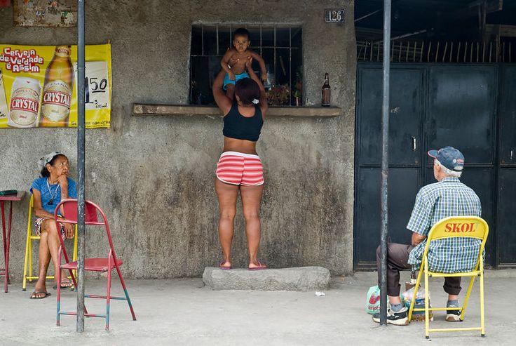 """Cité de Dieu Septembre 2006, à la ''cidade de deus'' qui veut dire ''cité de dieu''. Cette série présente une des centaines de favelas de Rio: la """"Cidade de Deus"""". à 45 minutes des beaux quartiers qui bordent les plages, ce bidonville peuplé de dizaines de milliers d'habitants se situe proche de grands axes autoroutiers. ©Dom Smaz"""