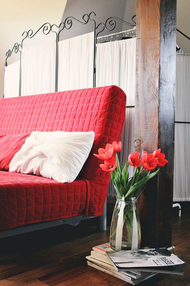Red tulips <3 http://mauvert.com/2014/06/05/vederi-din-showroom-aer-wear/