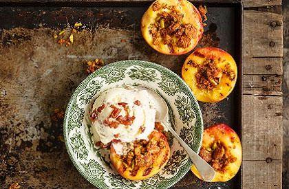 Photo de la recette de Crème glacée vanille bacon et pêches aux épices grillées