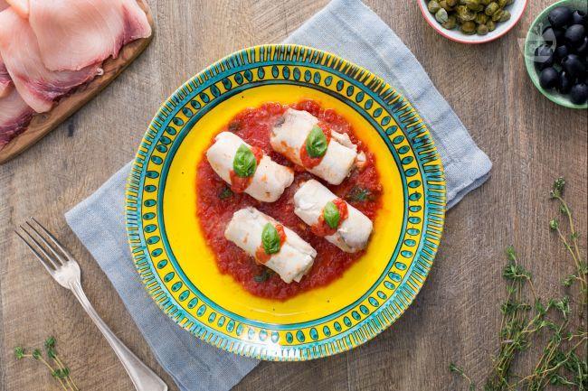 Originali e semplici involtini di spada al sugo con capperi, un secondo piatto a base di pesce da leccarsi i baffi con tanto di scarpetta finale!
