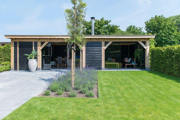 Deze eikenhouten terraskamer is een project van Bronkhorst Buitenleven. Met de Metalura terrasbeglazing die eenvoudig geheel of gedeeltelijk te openen is, kunnen deze klanten het hele jaar door van hun buitenverblijf genieten. Gratis brochure | Snelle prijsaanvraag