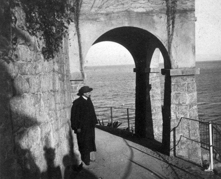 Ferenc József sétány, Cholnoky Jenő földrajztudós.