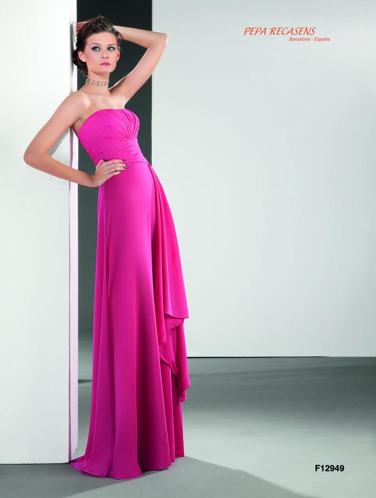 Espléndido palabra de honor en chiffon de seda con el cuerpo artesanalmente drapeado y vaporosa falda con elegante caída lateral.