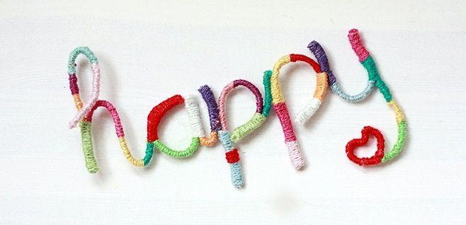 Maak zelf woorden van wol met behulp van ijzerdraad en restjes garen. Kijk voor de gratis werkbeschrijving op www.craftkitchen.nl.