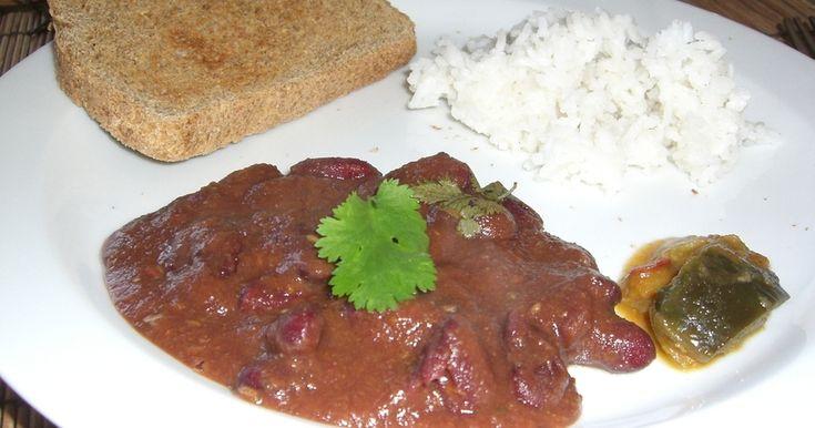 """キドニービーンズをやわらかーく煮た、これまたインド家庭料理定番の一品、""""ラージマ""""。お豆の煮汁ごとおいしく料理して栄養満点!"""