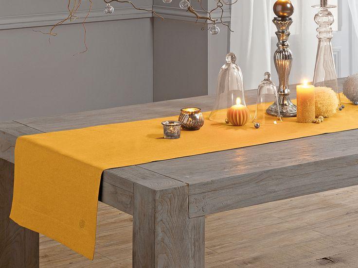 Chemin de table en lin lavé de couleur jaune safran pour une table chic et contemporaine www.blanc-cerise.com