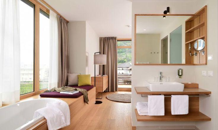 Entdecken Sie die modernen und stilvollen Zimmer und Suiten des Wellness- und Yoga-Hotels Schwarzschmied in Lana in Südtirol.