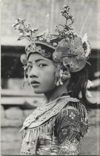 legong dancer, 30s