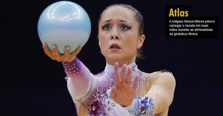 A búlgara Silviya Miteva parece carregar o mundo em suas mãos durante as eliminatórias da ginástica rítmica