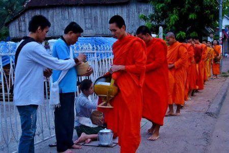 Desfile de Monjes en Luang Prabang en Laos