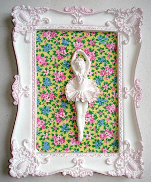 Quadro em estilo provençal com pátina rosa e tecido 100% algodão. Pode ser pintado em outras cores, com outras estampas ou espelho (consulte-nos). R$25,00