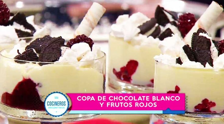 Postre de chocolate blanco y frutos rojos