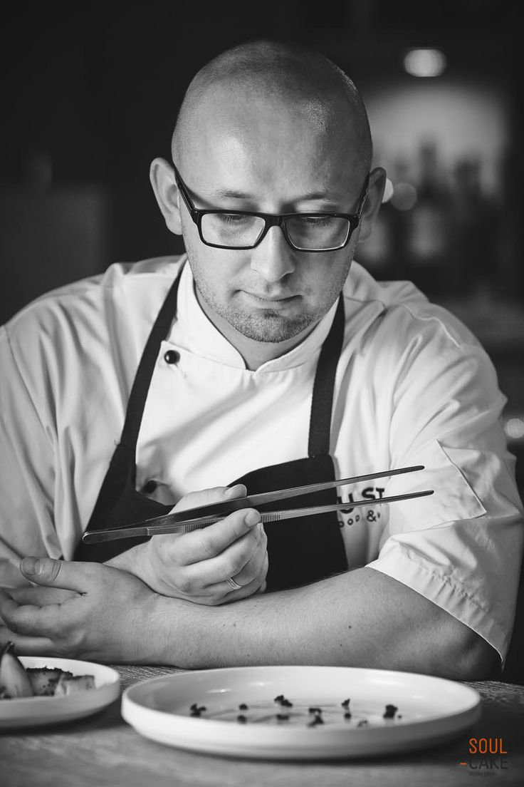"""Sesja smaków z Romanem Kosmalskim – Executive Chef Ilonn & Gusto restaurants  Aromat, smak, soczystość – oto, co pobudzało nasze zmysły podczas realizacji sesji fotograficznej z szefem restauracji w #hotelu #Ilon – Romanem Kosmalskim. Mieliśmy okazję uczestniczyć i uwiecznić okiem obiektywu powstawanie znakomitych #potraw, które podczas kilkugodzinnej współpracy """"wyczarował"""" nasz mistrz. Zerknijcie sami i oceńcie rezultaty naszej współpracy."""
