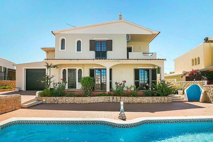 Description: Rustig gelegen villa met privé zwembad & 4 slaapkamers op loopafstand van centrum van Guia Ideaal voor grote familie of twee gezinnen Villa Jolu is de ideale plek als je op zoek bent naar een plek waar je met een grote familie of met twee gezinnen terecht kunt. Een ruime villa met maar liefst 4 slaapkamers in een rustige buurt gelegen met een heerlijk zwembad. Hier kom je tot rust maar tegelijkertijd kan je heel veel ondernemen. En er ligt een klein stadje vlakbij zodat je niet…
