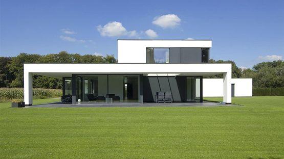 De woning is gelegen aan de rand van Lochem op een vlak terrein aan drie zijden omzoomd met opgaand groen en aan de westzijde gren...