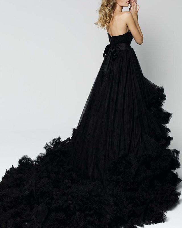 Черный вариант знаменитого платья Cloud 💣 . Несколько цифр, наглядно иллюстрирующих, почему это платье бесспорно лучшее из всего, что Вы видели: - 105 метров дорогого итальянского тюля стали основой для 150 воздушных оборок; - Огромный 1,5 метровый шлейф; - Казалось бы нереальная при огромных размерах легкость платья. . 🔝Платье создано командой DRESSLAB по мотивам платья известного дизайнера.  Размер регулируется  Цена 3500