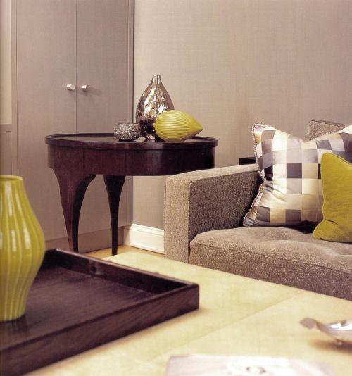 Яркие желтые акценты придают комнате значительность.