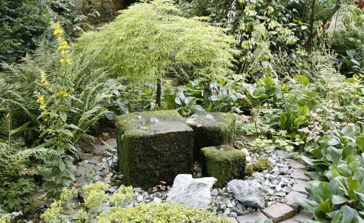 Quellstein im Garten installieren -  An einem Sommerabend im Garten dem leisen Plätschern eines Quellsteins lauschen – Entspannung pur! Das Beste ist: Das Wasserspiel wertet den Garten nicht nur optisch und akustisch auf, sondern lässt sich auch mit überschaubarem Arbeits- und Kostenaufwand installieren.