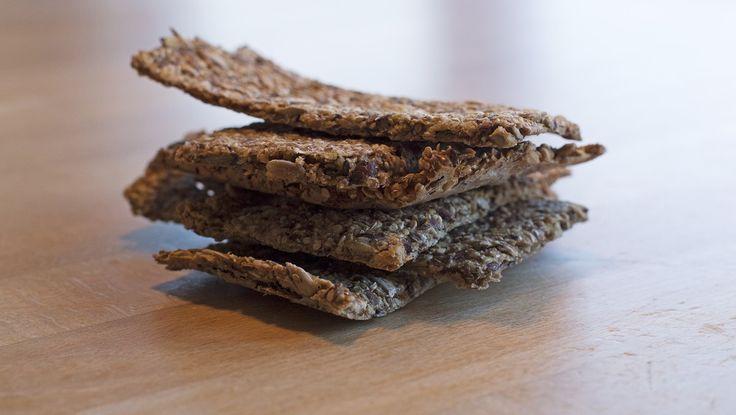 I hjemmebakte knekkebrød finnes ingen tilsetningsstoffer; bare rugmel masse frø, vann og salt. En oppskrift du lett blir hekta på hvis du først begynner å bake dem. Foto: Mari Rollag Evensen / NRK
