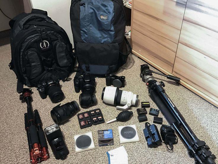 Unsere Fotoausrüstung auf Reisen und für Kurztripps. Von den Kameras, über unsere Objektive, Stative, Zubehör bis zur Visitenkarte.