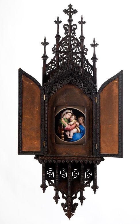"""Porzellan bemalt, Holz geschnitzt, Samt. Hochovale Porzellanplakette mit einer Kopie des Gemäldes """"Madonna della Sedia von Raffael. Diese eingelassen in ..."""