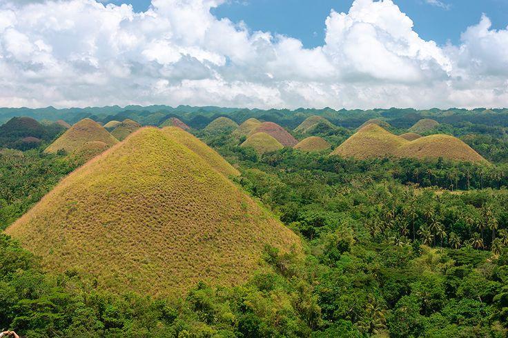 Chocolate Hills : In de Filippijnse provincie Bohol vinden we de unieke geologische vormen genaamd Chocolate Hills. De totale oppervlakte bedraagt meer dan 45 vierkante kilometer en zou uit meer dan 1250 heuvels bestaan. De toppen zijn begroeid met grassen, dat bij grote droogte bruin wordt, vandaar hun naam. Dit natuurfenomeen is een gevolg van tektonische platen die over miljoenen jaren heen verschuiven. De symmetrische vormen heeft niemand reeds kunnen verklaren.