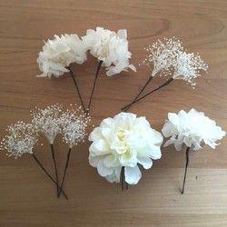 今、人気のドライフラワーのシルバーデイジー、千日紅、ソフトかすみ草を散りばめることにより、ふんわりと優しいヘッドドレスが仕上がりました♡ポイントで、造花のバジルの葉っぱ、アザミを使用しています!!かすみ草、紫陽花のみ、プリザーブドフラワーとなります!一本一本バラバラタイプでお作りいたしておりますので、お好みにあわせてアレンジできます。ナチュラルな、ウェディングドレスやカクテルドレスまた、ガーデンweddingにオススメの髪飾りです♡打ち合わせ、前撮り、当日の結婚式、パーティ等何度でも使用できます!※かすみ草、紫陽花のみ、プリザーブドフラワーとなっております。大切に扱って頂くと幸いです。多湿、直射日光があたる場所での保管は、花びらの色褪せや、液ダレ、鮮度等に影響がありますのでお避けください。風通しを考えて保管していただくのが、長持ちの秘訣です。※ドライフラワーはとてもデリケートです。乾燥しているため、花びらや実が散りやすいもの、壊れやすいものがございます。丁寧にお取り扱いください。※ご覧になっている環境により、若干色合いが、異なって見える場合がございます。ご了承ください!