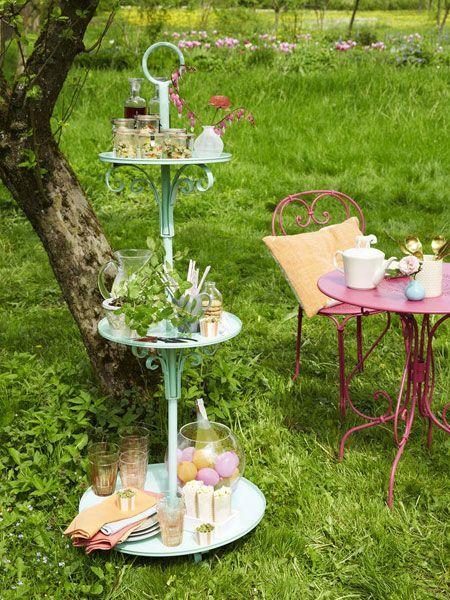 Ein guter Snack versüßt uns gerne den Nachmittag im Garten. Voll im Trend: Etageren, auch draußen macht sich das Präsentier-Accessoire richtig gut.