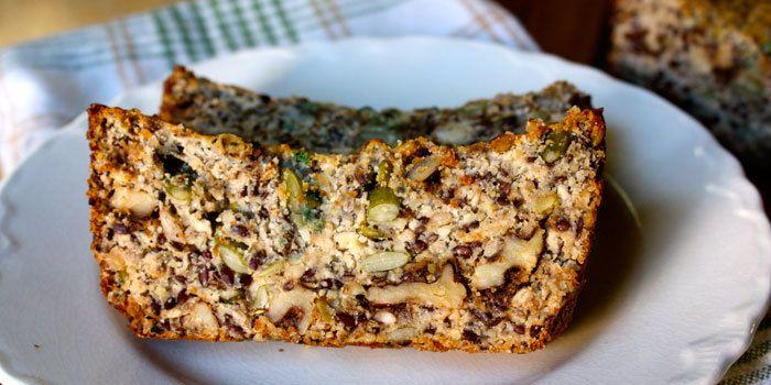 Ce copieux pain est fait avec des noix et des graines à la place de la farine de blé , de sorte qu'il est totalement sans gluten et paléo ! Parfait pour les mamans SuperWoman qui ne déjeunent pas ou simplement en collation.