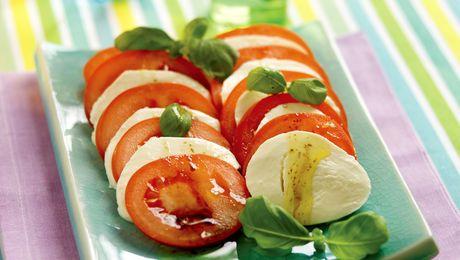 Slik gjør du:1. Skjær tomat og ost i skiver. Anrett på et fat.2. Bland sammen olje, eddik og pepper og hell over. Topp med basilikumblader.Salaten er best hvis den er romtemperert.