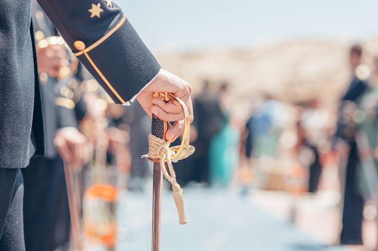Las bodas militares tienen su encanto y tanto la novia como el novio pasan a ser protagonistas de ese día. A parte del uniforme del novio el protocolo de la boda también resalta en estos eventos.