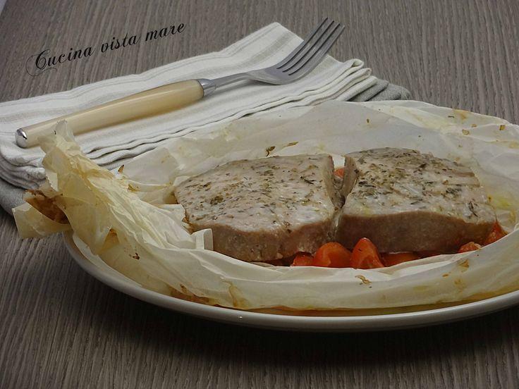 Tranci di tonno fresco al cartoccio: un secondo piatto gustoso e semplicissimo che prevede pochi ingredienti e la cottura al forno.