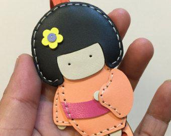 Tamaño pequeño - Sakura el encanto de cuero del zurriago de muñeca Geisha (melocotón)