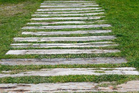 Downloaden - Detail van een tuin pad van Houten bielzen — Stockbeeld #56330001