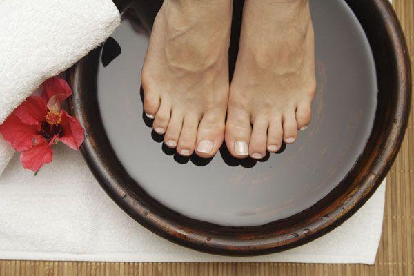 Mescolare 65ml di Listerine (di qualsiasi tipo, ma ho una preferenza per il blu), 65ml di aceto e 125 ml di acqua calda. Mettere a bagno i piedi per 10 minuti. Risultato: la pelle morta viene praticamente rimossa dai vostri piedi.