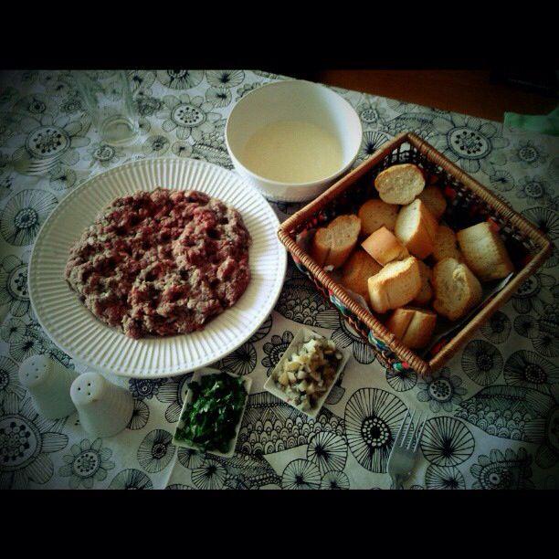 Crudo : carne magra molida, mezclada con cebolla,sal y pimienta. Acompañado con cilantro,pepinillos agridulces, mayonesa casera con ajo, para comer todo acompañado de pan tostado