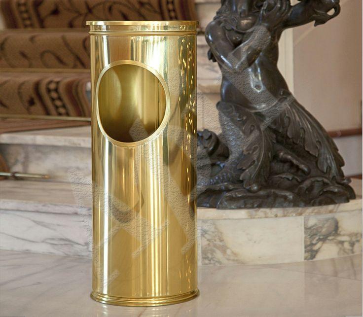 Disponibile in due finiture, acciaio o ottone lucido. Di stile classico questo cestino presenta un foro laterale e un coperchio superiore estraibile per facilitarne la pulizia.