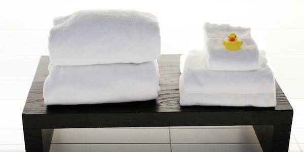 Comment blanchir son linge ? Votre linge blanc tire vers le jaune ? Ajoutez 25 cl d'eau oxygénée au bac à détergent. C'est un blanchisseur particulièrement efficace.    Source : Comment-Economiser.fr | http://www.comment-economiser.fr/utilisations-eau-oxygenee.html