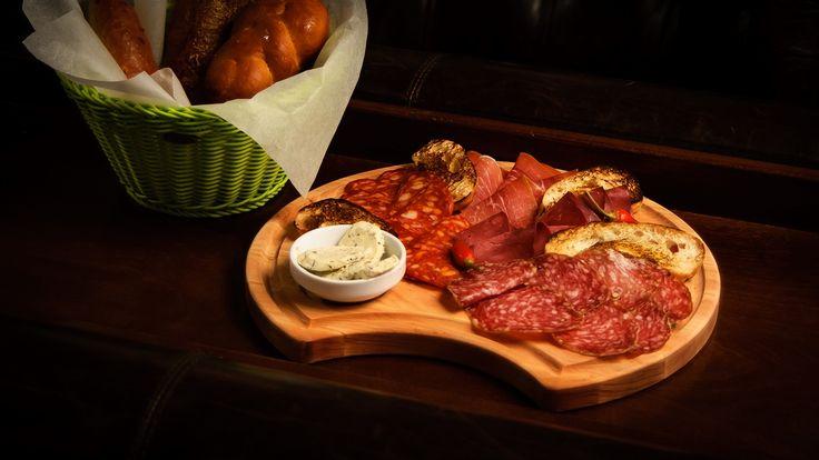Мясное ассорти (прошутто, колбаса Милано и Пепперони, конина сыровяленая, подается со сливочно-трюфельным маслом)