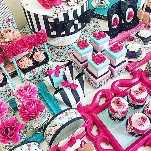 mesa decorada com produtos toke crie - combinação de cores pink, preto, listras e floral
