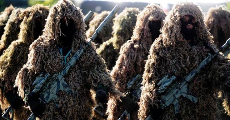 20160727 - Membros da força atiradora de um esquadrão antiterrorismo usam trajes diferenciados para participar de treinamento na Indonésia Imagem: Chaideer Mahyuddin/ AFP
