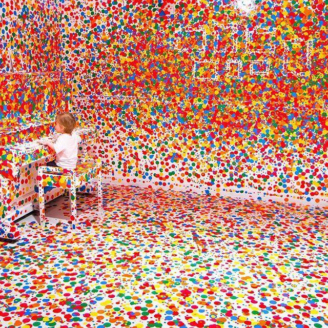 """Instalação interativa para crianças: """"The Obliteration Room"""" de Yayoi Kusama. Queensland Gallery of Modern Art, na Austrália. #architecture #arquitetura #arte #art #artlover #design #architecturelover #instagood #instacool #instadesign #instadaily #projetocompartilhar #shareproject #davidguerra #arquiteturadavidguerra #arquiteturaedesign #instabestu #decor #architect #criative #photo #decoracion #installations #instalações #child…"""