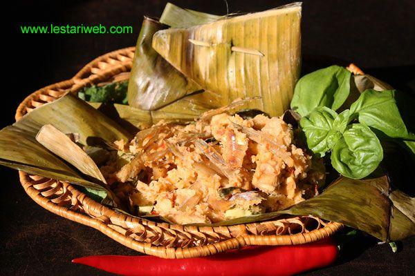BOTOK TEMPEH oder Tempeh im Bananenblatt ist ein typisches Gericht in Zentral-Java und den Ost-Java Regionen. Es gibt viele Variationen von Botok mit unterschiedlichen Gemüsen. Botok wird normalerweise von Gemüse und frisch geriebener Kokosnuss gemacht, dann in Bananenblättern eingewickelt und gedämpft, hmmm ..... was für eine javanisch-kulinarische Köstlichkeit!  Nur mit Gemüse gekocht ist Botok auch eine gute Wahl für Vegetarier.