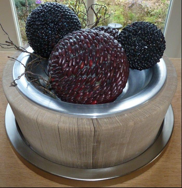 Mooie tafeldecoratie. Tempex ballen in verschillende maten met gedroogde bonen. De bonen heb ik gekocht bij een biologische natuurwinkel.